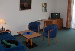 Wohnraum mit Fernseher der 54qm Wohnung