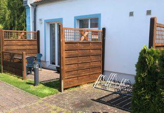 Terrasse und Fahrradstellplatz